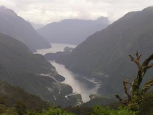 Uitzicht over Douibtful Sound vanaf Wilmot Pass